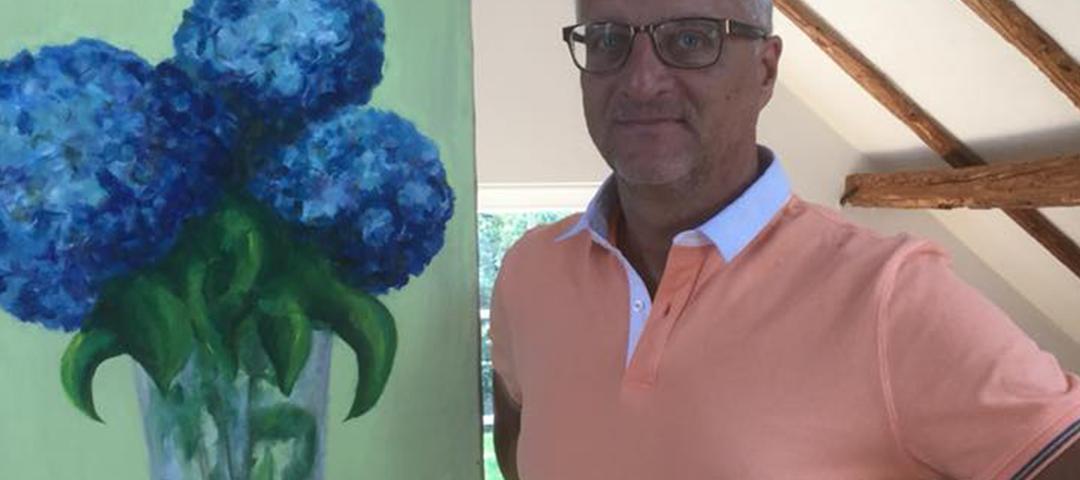 Serr neben einem seiner eigenen Gemälde