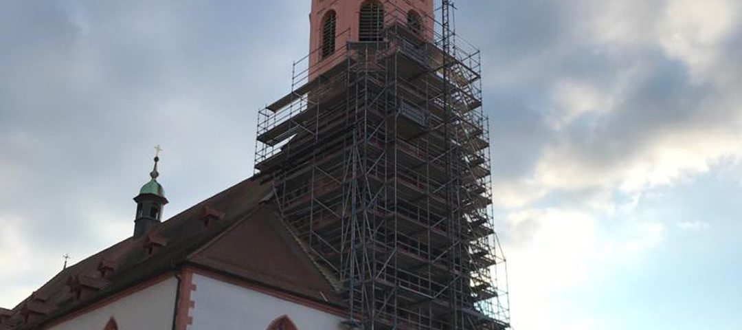Die Turmrenovation ist in vollem Gange.