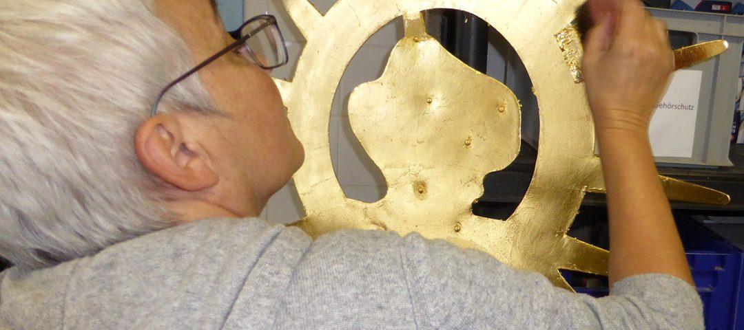 Restauratorin Ariane Brückel arbeitet an der Petrus-Figur