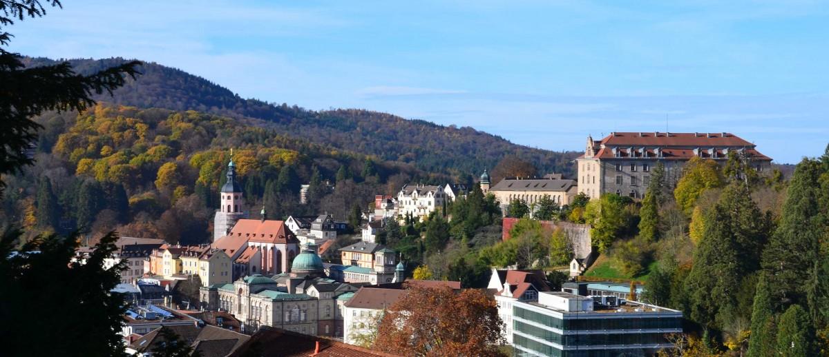 Ausblick auf den neu gestrichenen rosa Turm der Stiftskirche Liebfrauen in Baden Baden