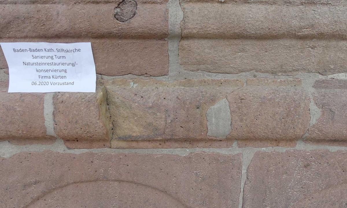 Zustand des Natursteins an der Stiftskirche vor der Restauration