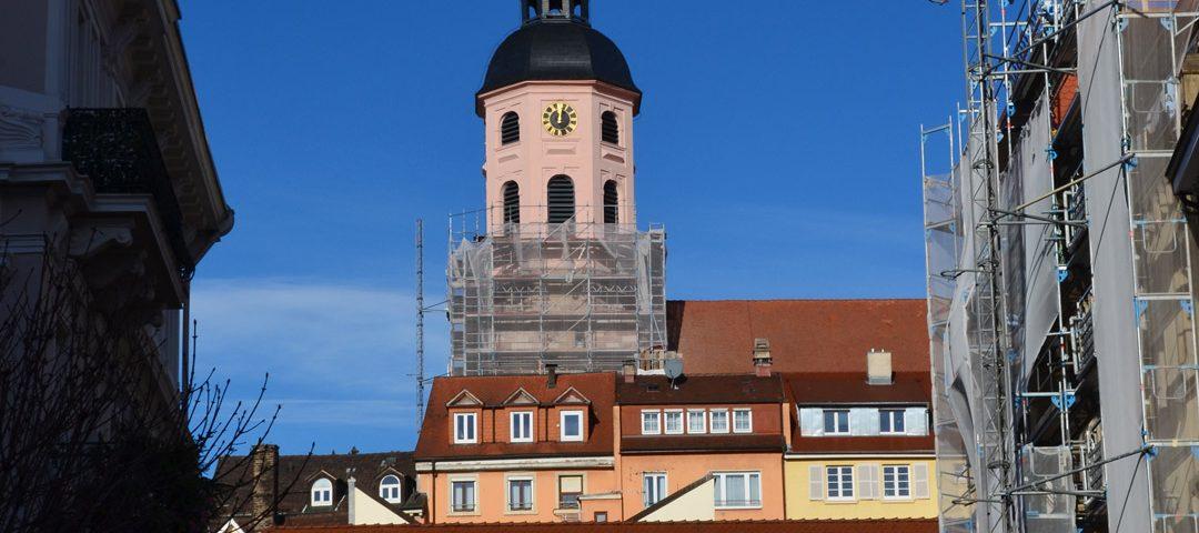 Frisch gestrichen präsentiert sich dieser Turmteil im gewohnten rosafarbenen Ton und mit erneuerten Schallläden.