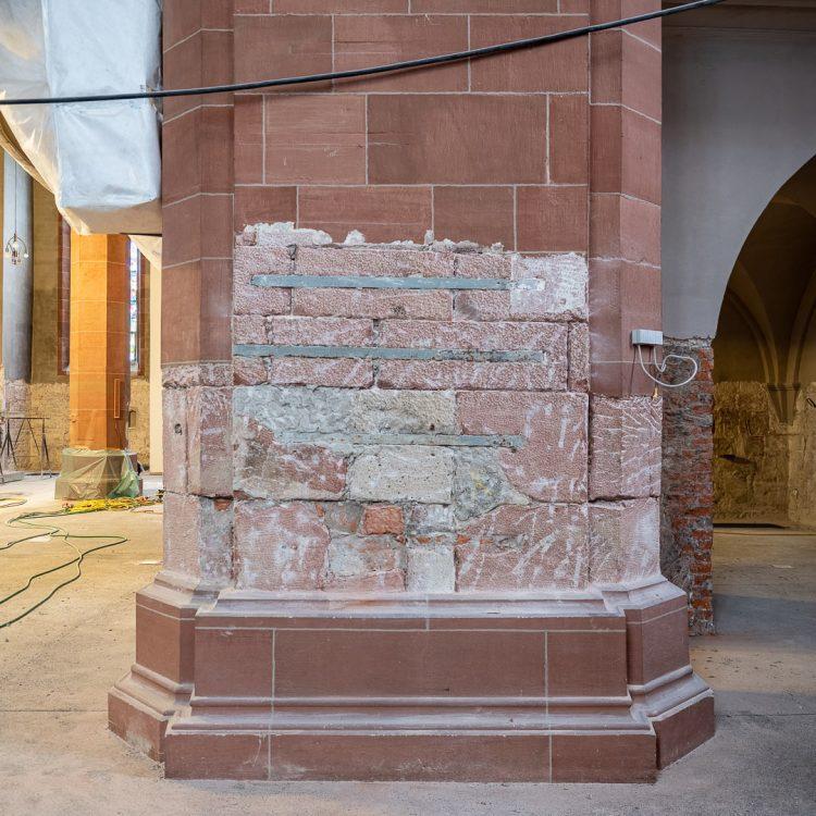 Die Säulen der Stiftskirche Baden-Baden wurden mit schmiedeeisernen Bändern zusätzlich statisch gesichert.